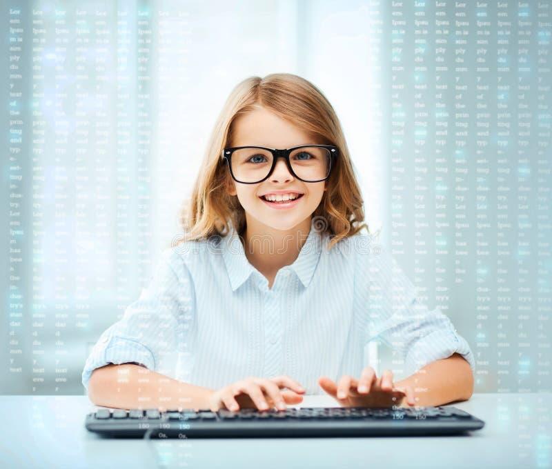 Menina do estudante com teclado imagem de stock