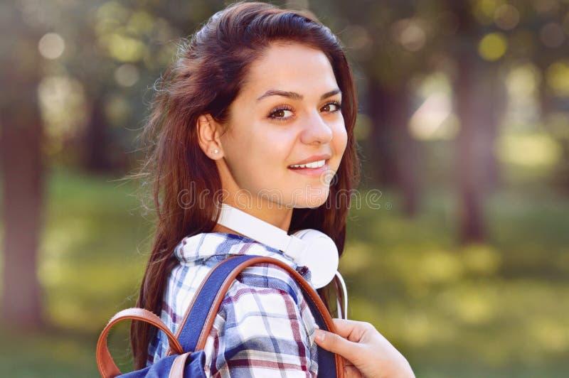 Menina do estudante fora no sorriso do parque do verão feliz foto de stock royalty free