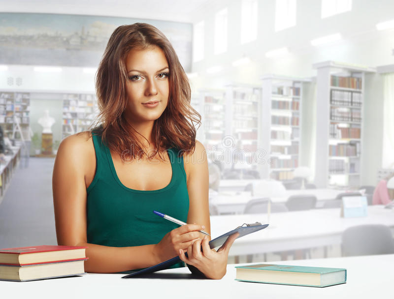 Menina do estudante na biblioteca fotos de stock royalty free