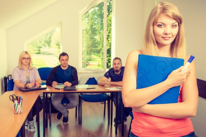 Menina do estudante na frente de seus companheiros na sala de aula foto de stock royalty free