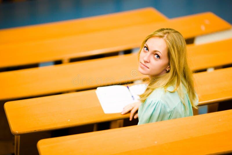 Menina do estudante no auditório fotos de stock