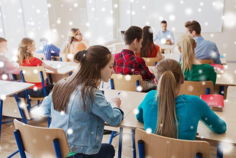 Menina do estudante que engana-se no teste da escola fotos de stock
