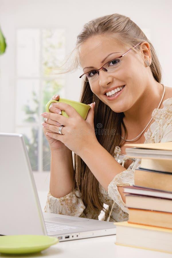 Menina do estudante que usa o computador portátil fotos de stock royalty free