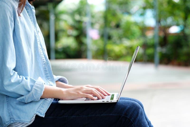Menina do estudante que usa o laptop, educação em linha, conceito da aprendizagem adulta imagens de stock royalty free