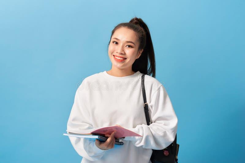 Menina do estudante universit?rio. Retrato isolado de uma bela jovem estudante asiática imagens de stock royalty free