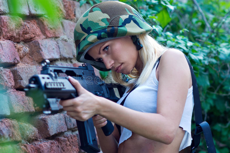 Menina do exército com rifle imagem de stock royalty free