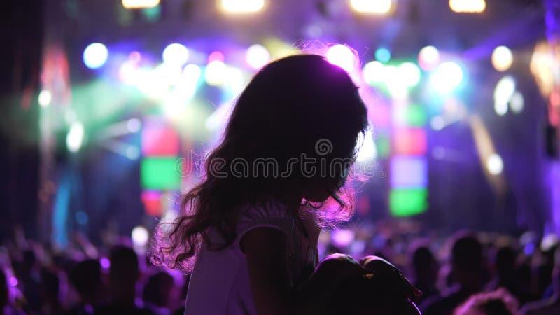 A menina do fan de música em alguém empurra em um festival de música fotos de stock
