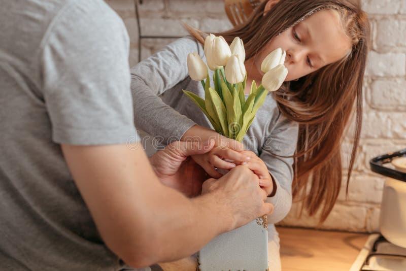 Menina do feliz aniversario que recebe flores do pai imagens de stock royalty free