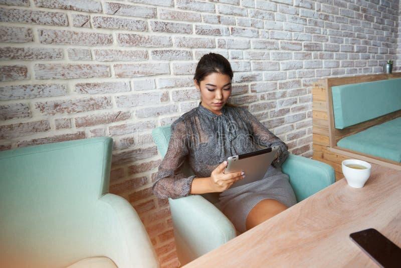 Menina do Freelancer que trabalha na tabuleta digital imagens de stock royalty free