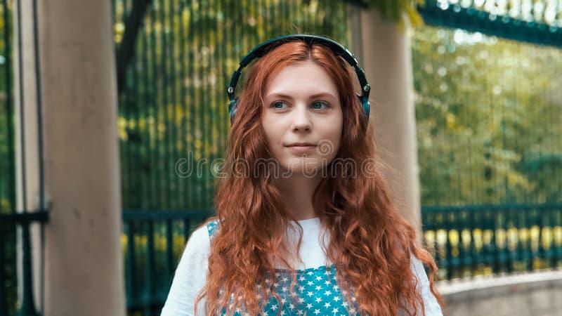 Menina do gengibre com a vista misteriosa exterior fotografia de stock royalty free