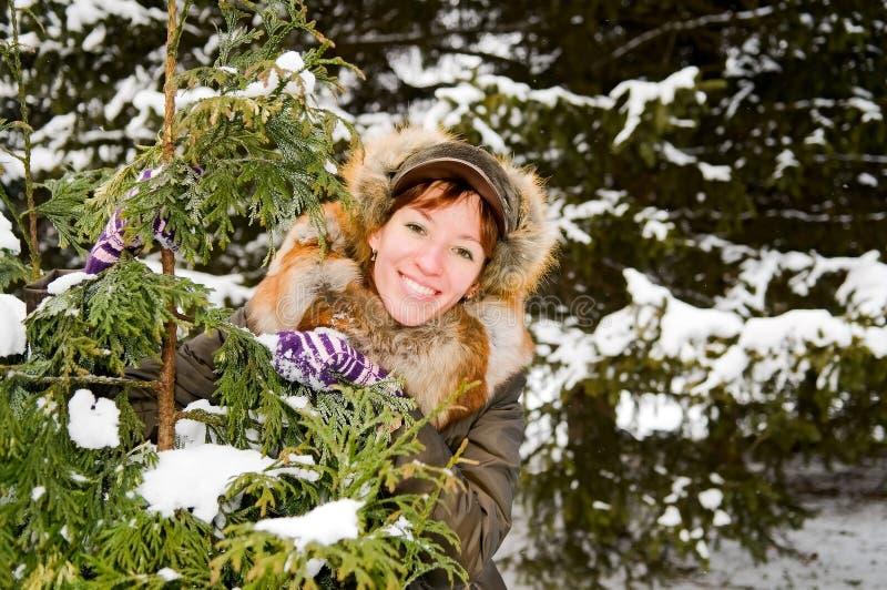 Menina do gengibre na floresta nevado fotografia de stock royalty free
