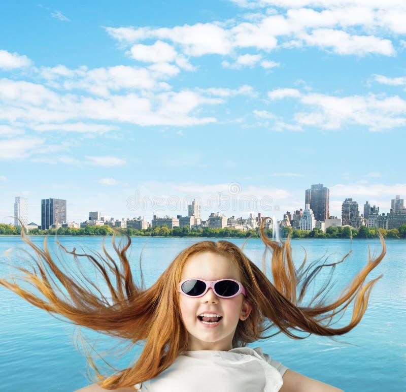 Menina do gengibre sobre o fundo da cidade fotografia de stock royalty free