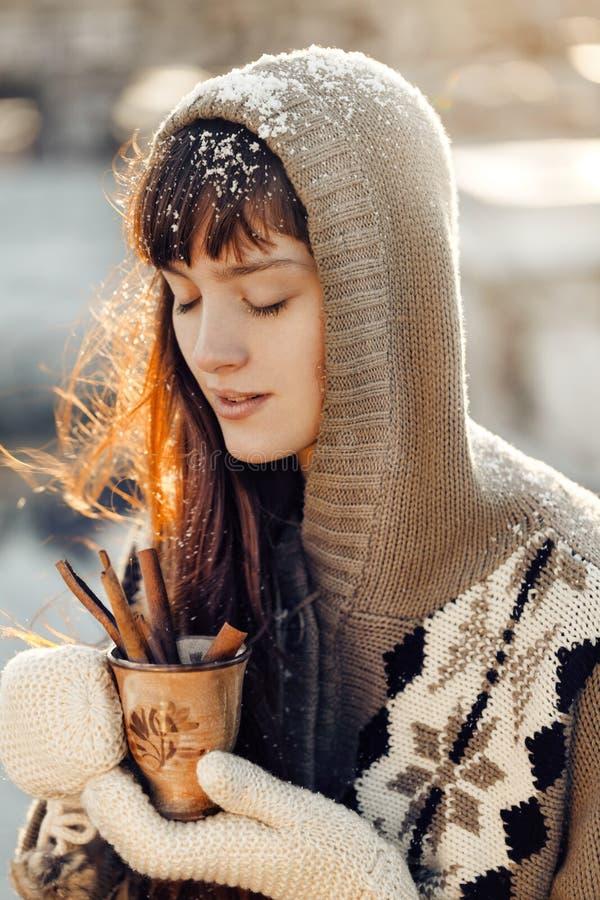 Menina do inverno com Natal quente da bebida fotos de stock royalty free