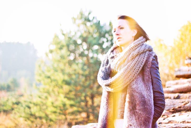 Menina do inverno com pele e lenço fotografia de stock