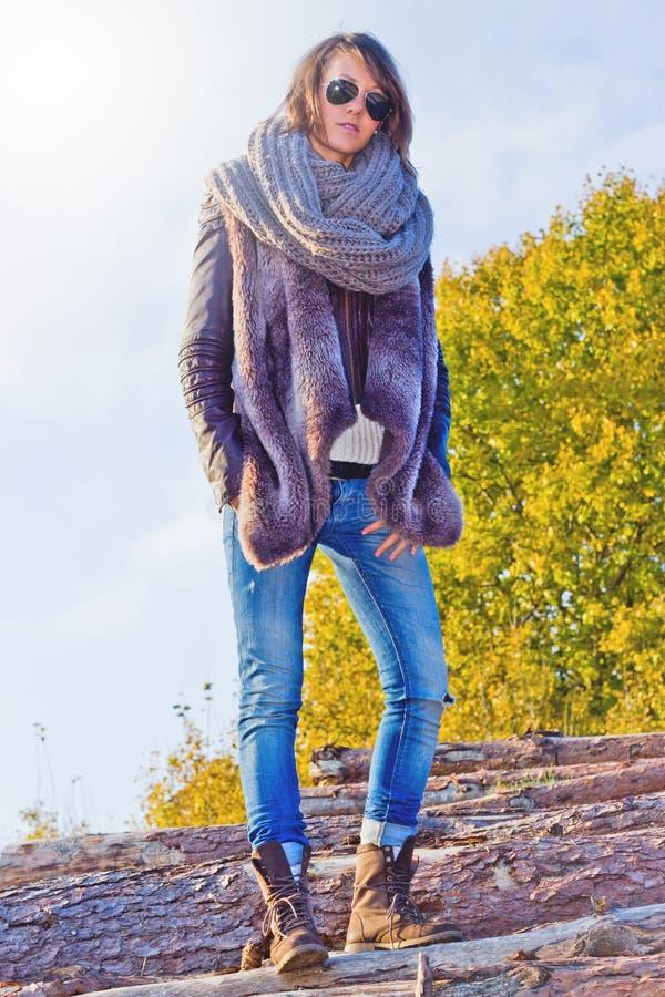 Menina do inverno com vidros fotografia de stock