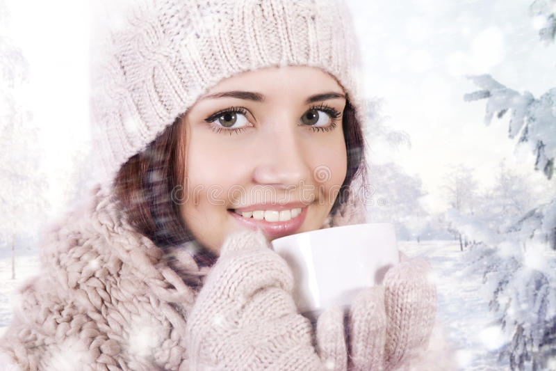 Menina do inverno que bebe a bebida morna. foto de stock