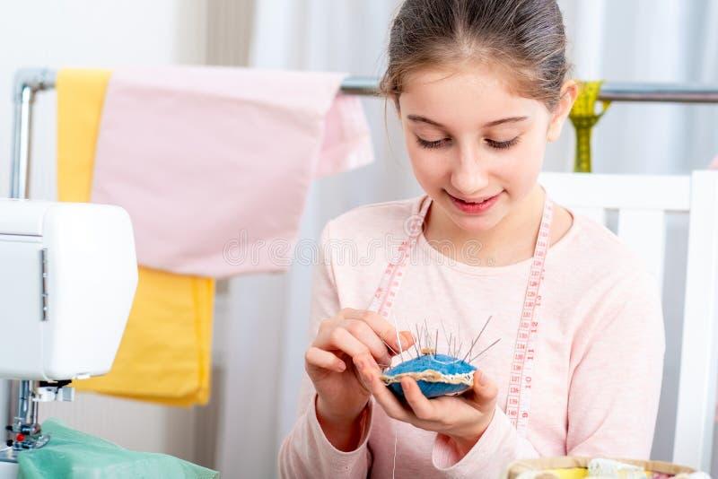 Menina do jovem adolescente com almofada de alfinetes fotos de stock