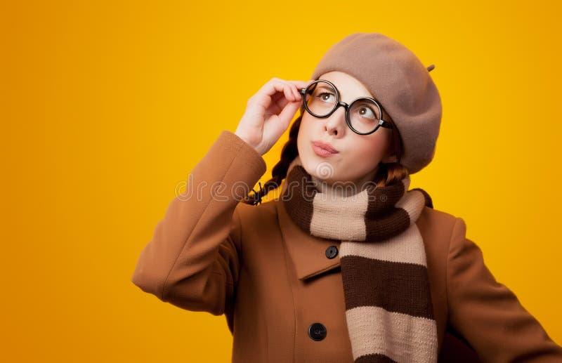 Menina do lerdo de Redehad no revestimento e nos monóculos fotografia de stock