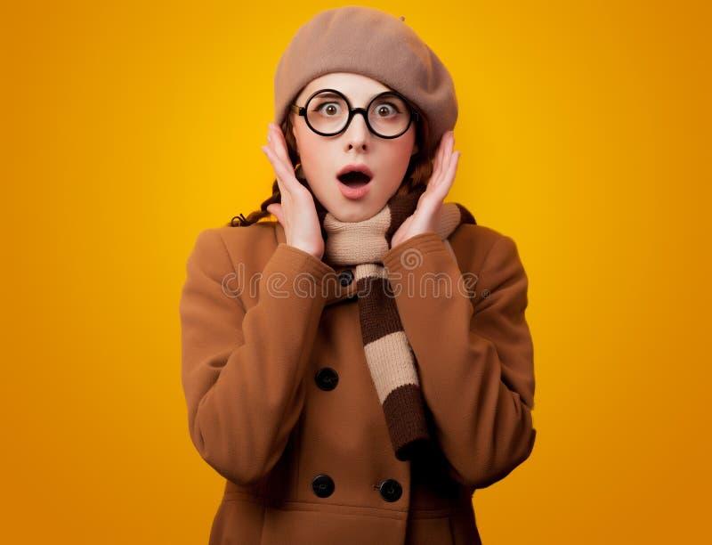 Menina do lerdo de Redehad no revestimento e nos monóculos imagem de stock