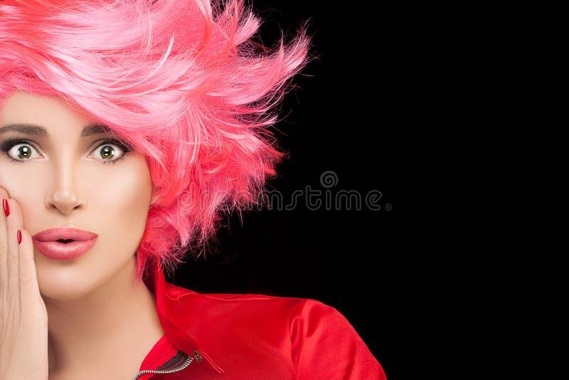 Menina do modelo de forma com cabelo cor-de-rosa tingido à moda fotografia de stock