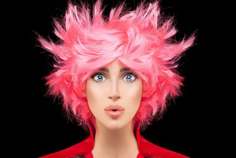 Menina do modelo de forma com cabelo cor-de-rosa tingido na moda foto de stock