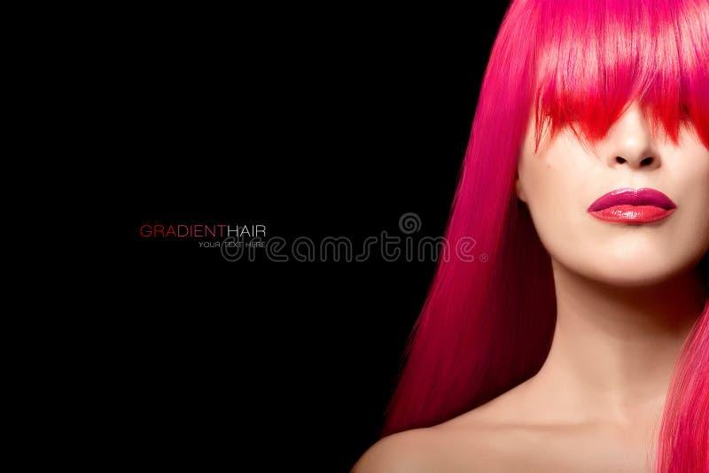 Menina do modelo de forma com um cabelo longo do inclinação Beleza da cor do cabelo fotografia de stock