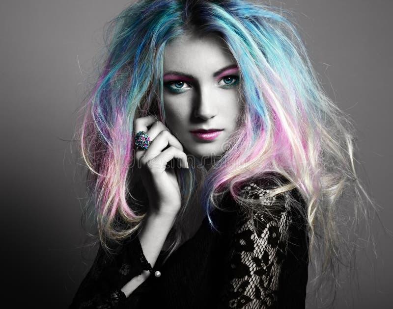 Menina do modelo de forma da beleza com cabelo tingido colorido foto de stock royalty free