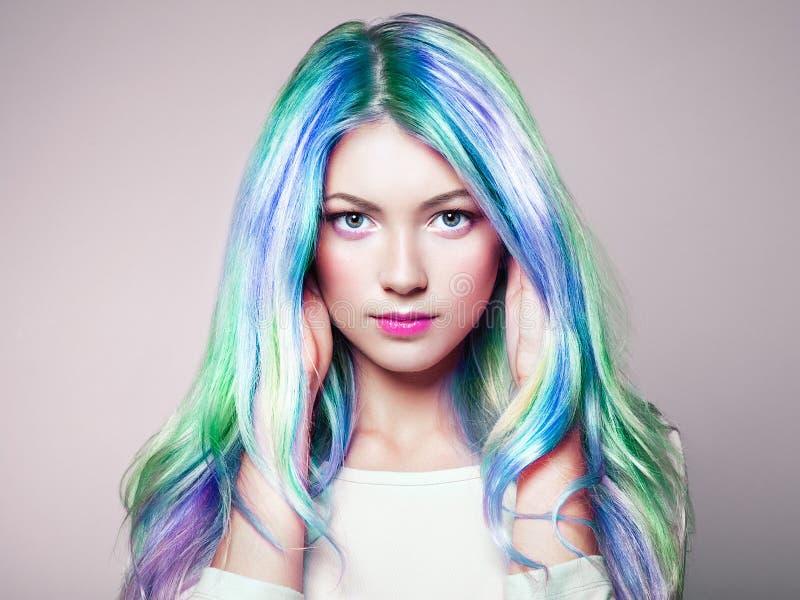 Menina do modelo de forma da beleza com cabelo tingido colorido imagem de stock royalty free