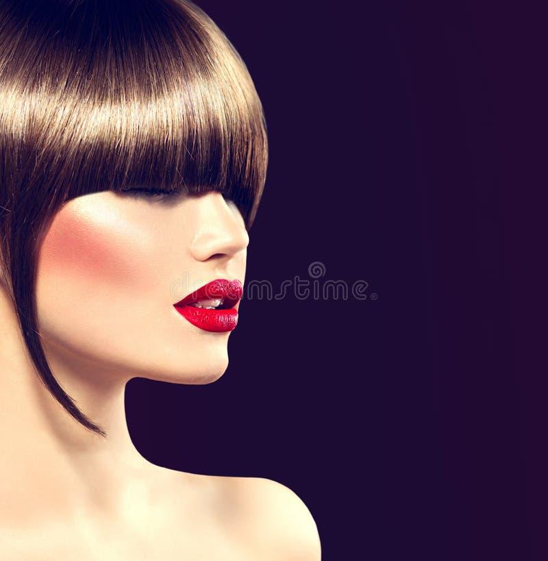 Menina do modelo de forma da beleza com corte de cabelo do encanto foto de stock