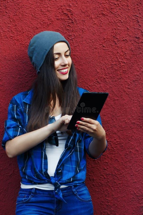 Menina do moderno com tabuleta imagens de stock royalty free