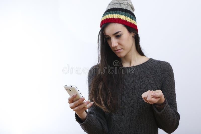 Menina do moderno e sms tristes imagens de stock royalty free