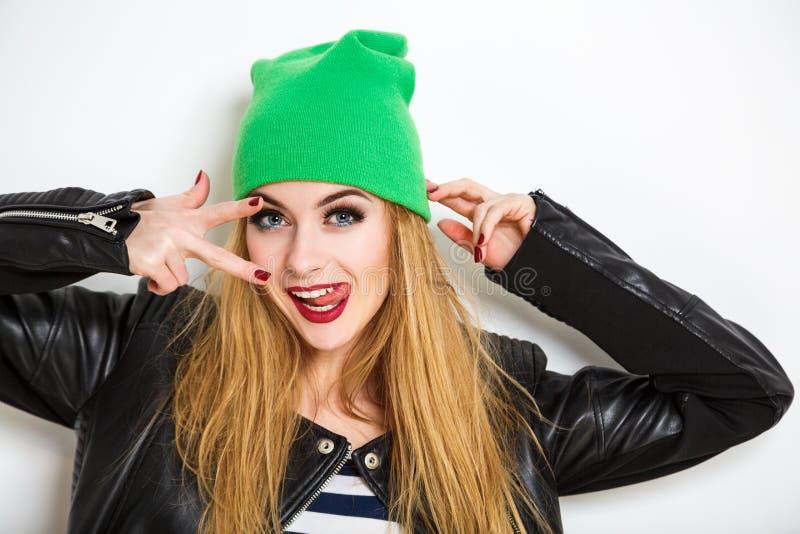 Menina do moderno em Beanie Hat no fundo branco imagens de stock royalty free
