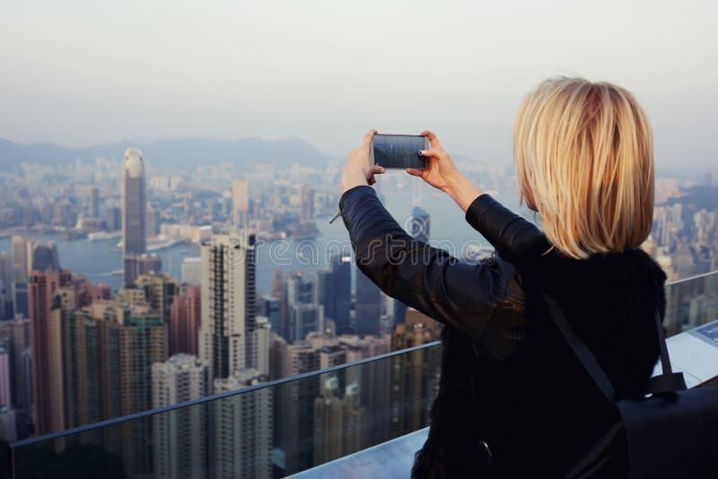 A menina do moderno está disparando no vídeo da vista no telefone de pilha durante a viagem em China fotos de stock royalty free