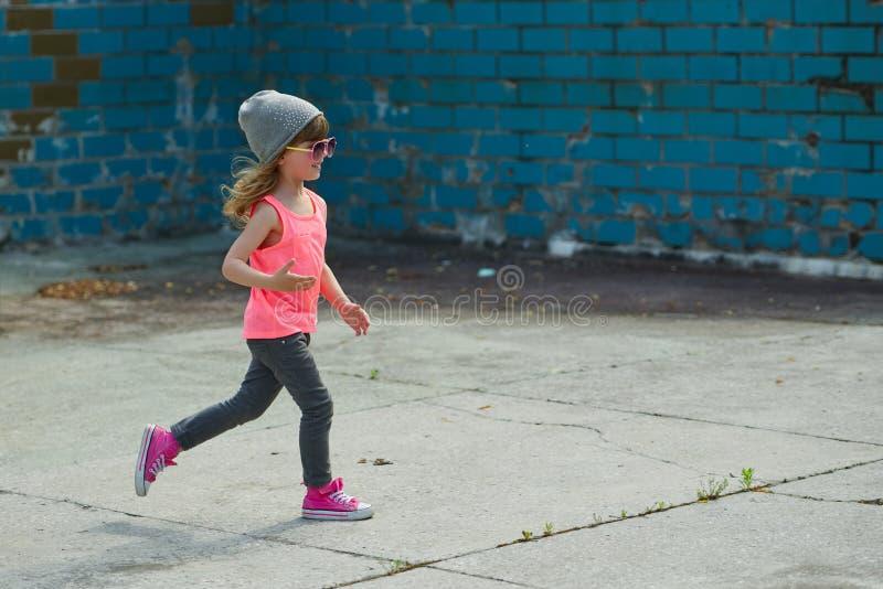 Menina do moderno que corre afastado fotografia de stock royalty free