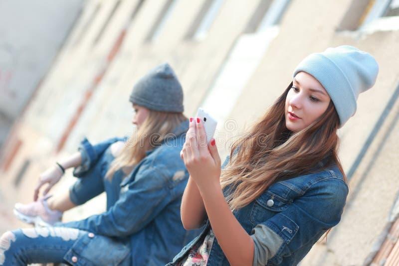 Menina do moderno que olha o smartphone fotografia de stock royalty free