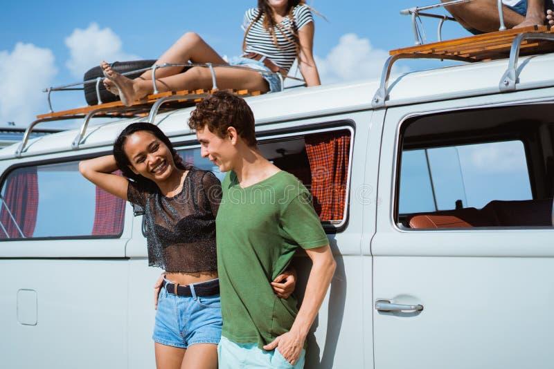 Menina do moderno que relaxa com os amigos em sua viagem por estrada do verão, cuidado fotos de stock royalty free