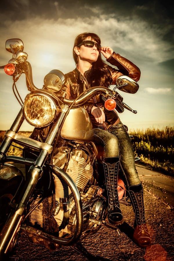 Menina do motociclista em uma motocicleta foto de stock royalty free