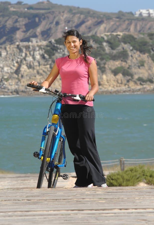 Menina do motociclista perto da praia imagem de stock