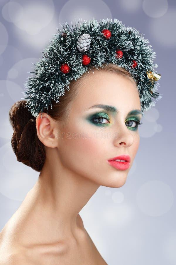 Menina do Natal da beleza Grinalda bonita do Natal Ano novo imagens de stock