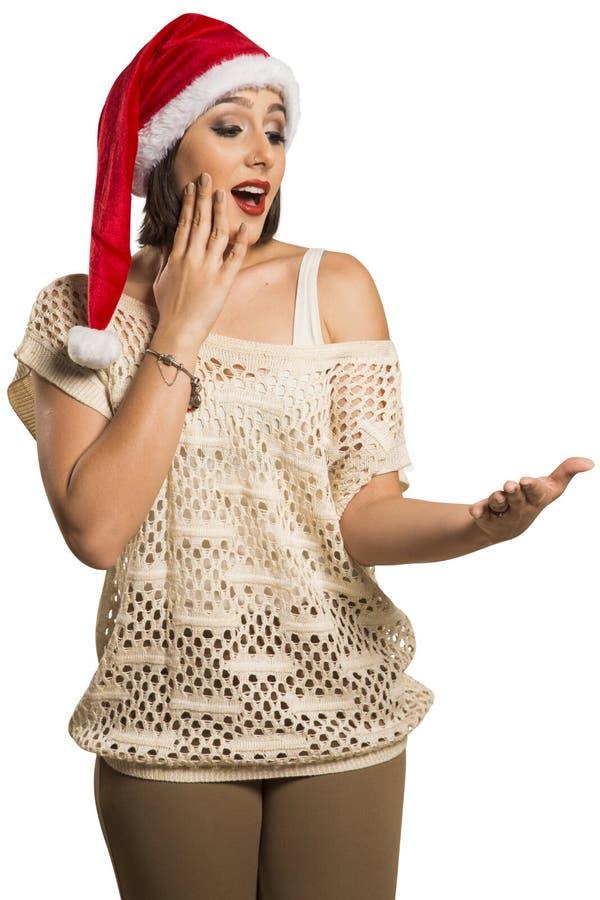Menina do Natal que mostra a palma vazia com o surprisi do sorriso do espaço da cópia fotos de stock