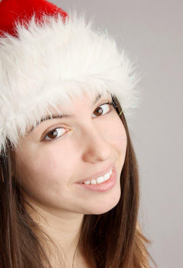 Menina do Natal que sorri e que olha a câmera imagem de stock royalty free