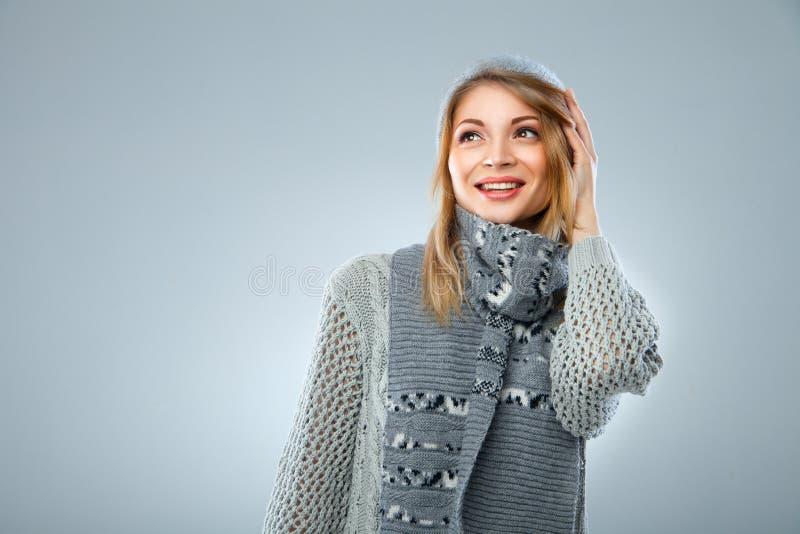 Menina do Natal, sorriso bonito novo sobre o azul fotos de stock royalty free