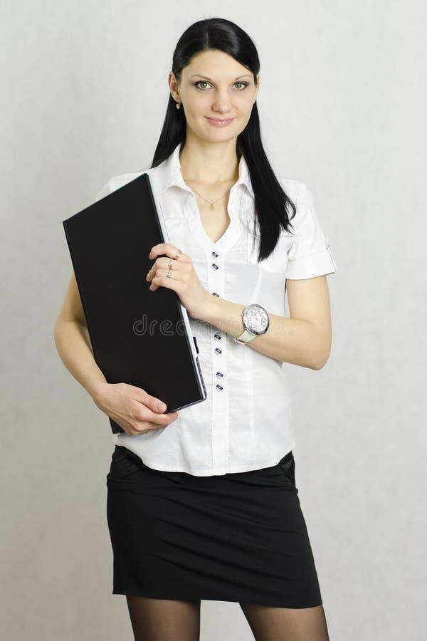 Menina do negócio com um portátil foto de stock