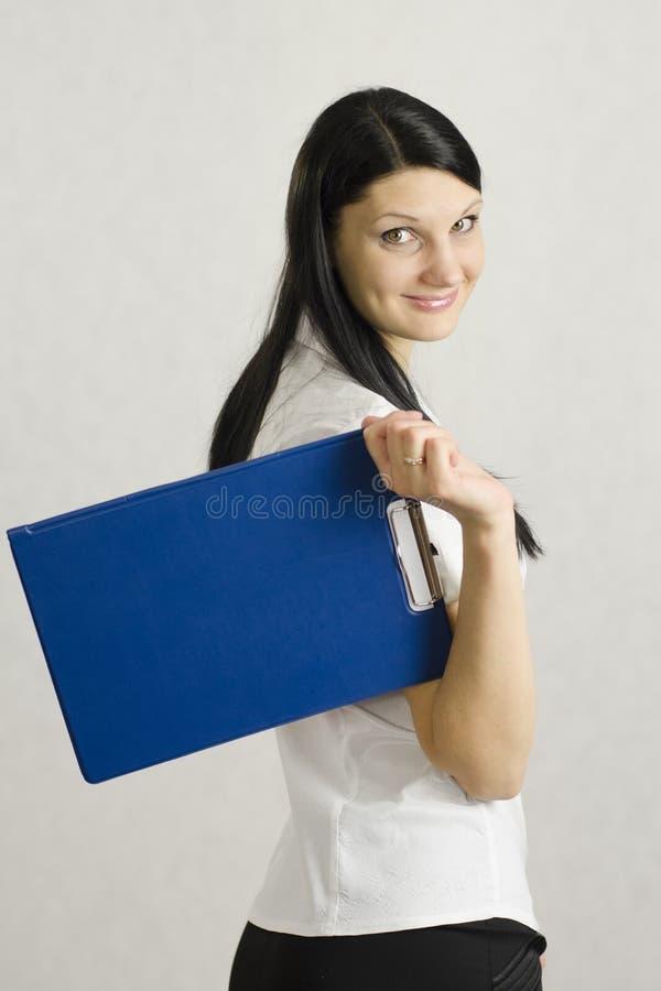 A menina do negócio mantem o dobrador com os originais fotografia de stock