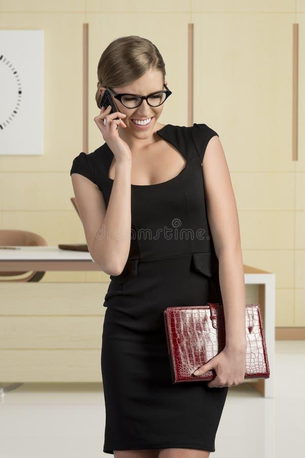 Menina do negócio que fala e que sorri imagem de stock royalty free