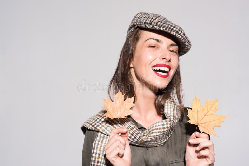 Menina do outono que prepara-se para a venda do outono Venda para a cole??o inteira do outono, discontos incr?veis e a escolha ma imagem de stock