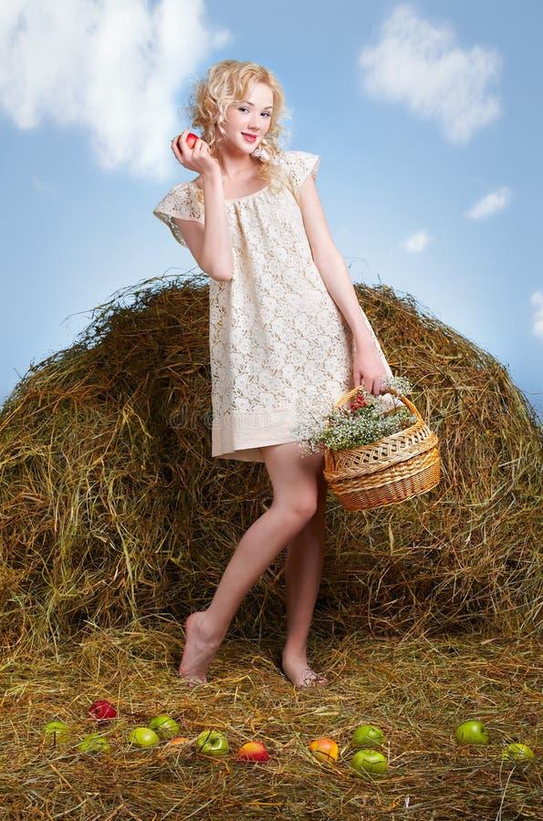 Menina do país no feno imagens de stock royalty free