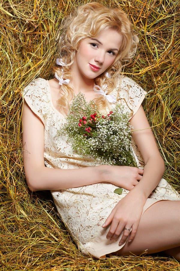 Menina do país no feno imagem de stock royalty free