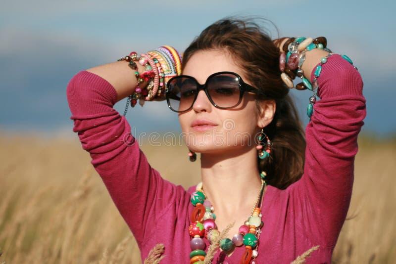 Menina do país nos óculos de sol que desgastam a jóia fotografia de stock royalty free
