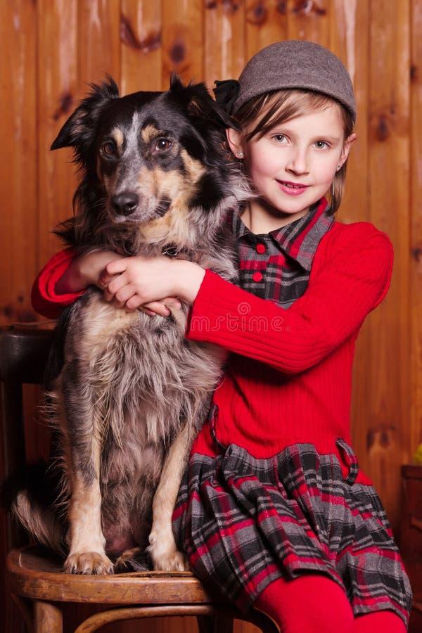 Menina do pastor que senta-se ao lado de sua raça amado border collie do cão Na exploração agrícola fotos de stock royalty free